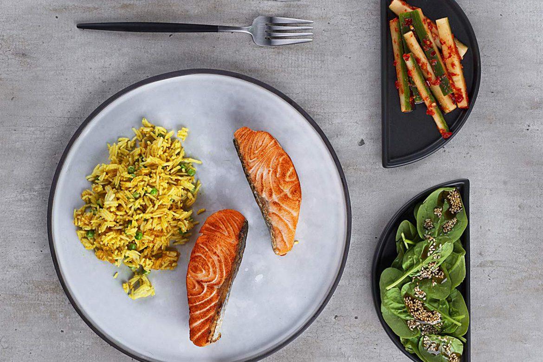 Salmón al horno con arroz frito al curry
