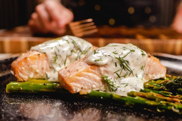 salmón al horno con salsa de eneldo